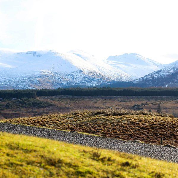 Schneebedeckte Highlands in Schottland
