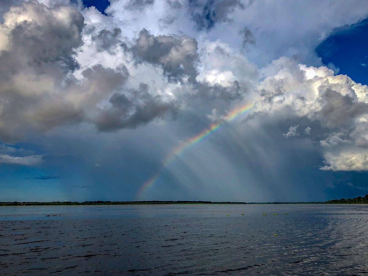 Regenbogen über Amazonas in Peru