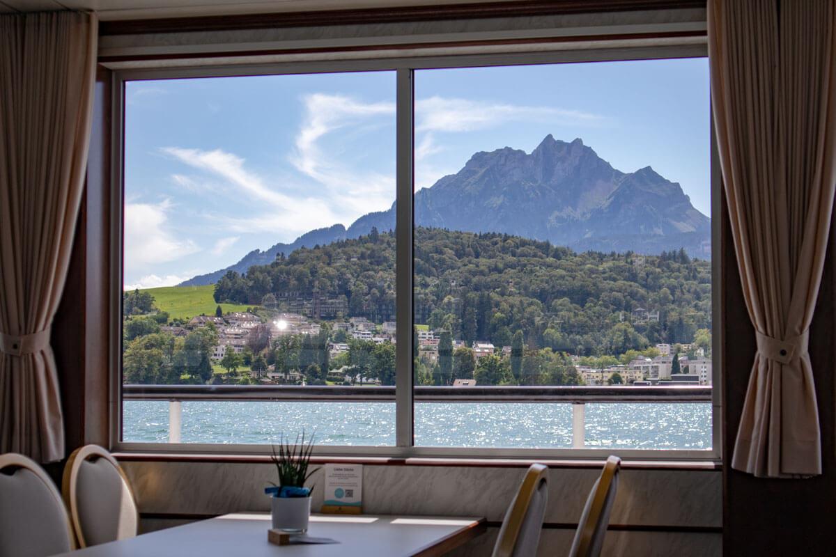 Vierwaldstättersee Schiffsreise mit Blick auf Berg